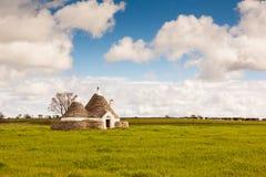 Vecchia casa dell'azienda agricola di Trulli nel campo Immagine Stock Libera da Diritti