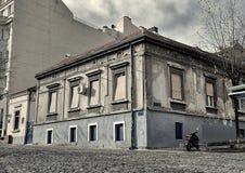 Vecchia casa della città sull'angolo Fotografie Stock Libere da Diritti