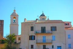 Vecchia casa della Corsica sotto il sole fotografia stock