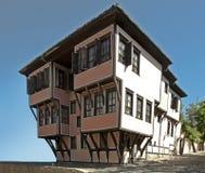 Vecchia casa della scaletta. Casa all'antica tradizionale. Fotografia Stock