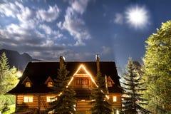 Vecchia casa di campagna contro il cielo. Luna brillante. Fotografia Stock
