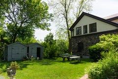 Vecchia casa di campagna sul viale di Spadina a Toronto con il giardino fotografie stock libere da diritti