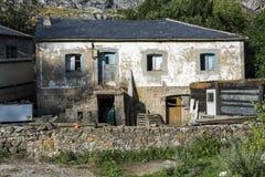 Vecchia casa di campagna a Valle del Lago Fotografie Stock Libere da Diritti