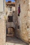 Vecchia casa di città spaccata fotografie stock libere da diritti