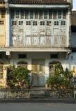 Vecchia casa di eredità al sole fotografie stock