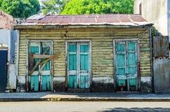 Vecchia casa di legno abbandonata, con progettazione domenicana tipica nella zona coloniale di Santo Domingo immagini stock