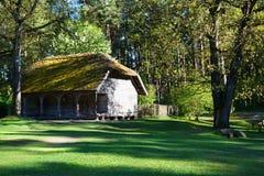 Vecchia casa di legno al villaggio etnografico dell'aria aperta Immagini Stock Libere da Diritti