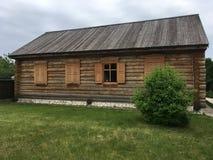 Vecchia casa di legno, che è in una posizione rurale Immagini Stock Libere da Diritti