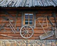 Vecchia casa di legno con i tributi Fotografia Stock