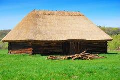 Vecchia casa di legno con il tetto della paglia Fotografia Stock