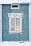 Vecchia casa di legno esteriore in precipitazioni nevose Immagini Stock Libere da Diritti