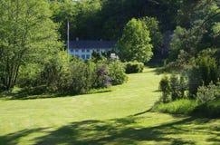 Vecchia, casa di legno in grande giardino Fotografie Stock