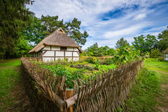 Vecchia casa di legno in kluki polonia fotografia stock for Case in legno in polonia