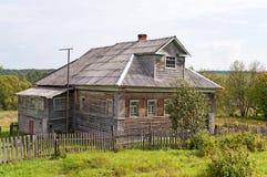Vecchia casa di legno nel paese Immagine Stock Libera da Diritti