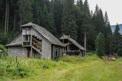 Vecchia casa di legno nelle montagne Immagine Stock