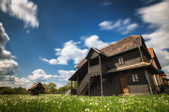 Vecchia casa di legno sotto cielo blu Fotografia Stock