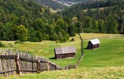 Vecchia casa di legno sulla collina da qualche parte in Bucovina Romania Fotografia Stock Libera da Diritti