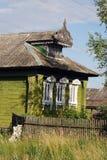 Vecchia casa di legno verde con le disposizioni scolpite Fotografie Stock