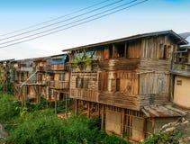 Vecchia casa di legno vicino al fiume immagini stock libere da diritti
