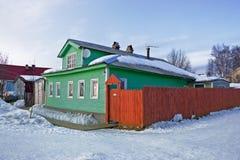 Vecchia casa di legno in villaggio Fotografia Stock
