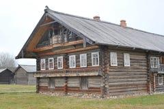 Vecchia casa di legno in villaggio russo Fotografie Stock