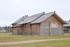 Vecchia casa di legno in villaggio russo Fotografia Stock