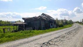 Vecchia casa di legno in villaggio russo classico fotografia stock
