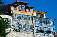 Vecchia casa di pietra di zolfo sulle banche del porticciolo Fotografia Stock Libera da Diritti