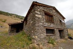 Vecchia casa di pietra in montagne dell'Andorra Immagine Stock
