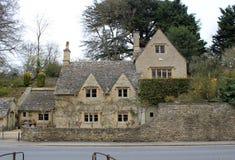 Vecchia casa di pietra nel paesaggio inglese della campagna immagine stock