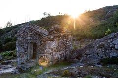 Vecchia casa di pietra in pascolo Immagini Stock Libere da Diritti