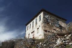 Vecchia casa di pietra su una collina in Lazaropole Immagine Stock