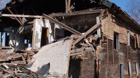 Vecchia casa distrutta nella provincia della Russia, povertà video d archivio
