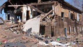 Vecchia casa distrutta nella provincia della Russia, povert? video d archivio
