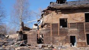 Vecchia casa distrutta nella provincia della Russia, povert? stock footage