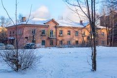 Vecchia casa a due piani nell'inverno Immagini Stock Libere da Diritti