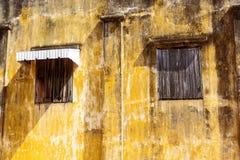 Vecchia casa e vecchi windowns con vecchio colore giallo Immagine Stock