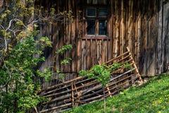 Vecchia casa fatta di legno con la finestra ed il recinto Fotografie Stock Libere da Diritti
