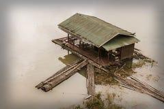 Vecchia casa galleggiante dilapidata Fotografie Stock Libere da Diritti