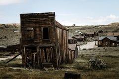 Vecchia casa inclinata di legno con supporto di legno, villaggio Bodie del cowboy immagini stock