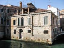 Vecchia casa incrinata sul canale a Venezia fotografia stock libera da diritti