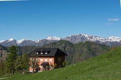 Vecchia casa in montagna delle alpi del yhe Fotografia Stock Libera da Diritti