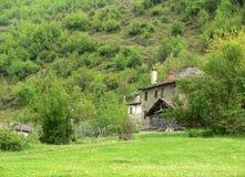 Vecchia casa in montagna di Rhodope, Bulgaria Fotografia Stock
