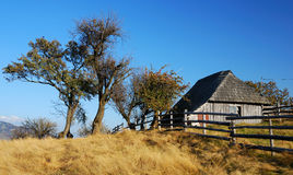 Vecchia casa in montagne immagine stock