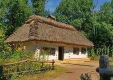 Vecchia casa nel villaggio dell'Ucraina Fotografie Stock Libere da Diritti