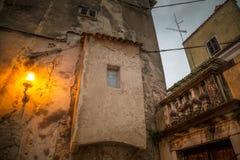 Vecchia casa nella città di Porec illuminata dalla lampada alla sera immagini stock