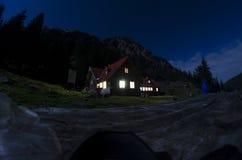 Vecchia casa nella notte delle montagne fotografie stock libere da diritti