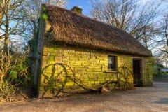 Vecchia casa nella sosta delle gente di Bunratty Fotografia Stock Libera da Diritti