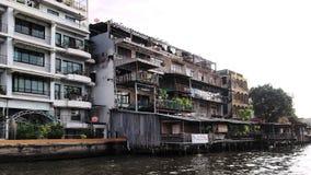 Vecchia casa nella vista del fiume immagini stock libere da diritti