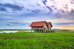 Vecchia casa per le viste del tramonto e dell'alba di panorama a Thale Noi in Phatthalung, Tailandia Fotografia Stock Libera da Diritti